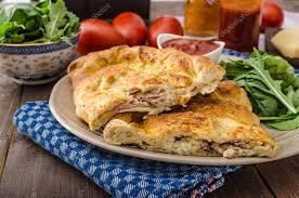 Comida italiana - Calzone recheado com presunto e queijo