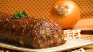 Rocambole de carne moida com presunto e queijo