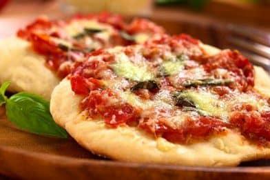 Massa para mini pizza simples e deliciosa