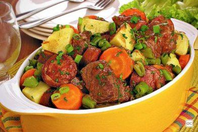 Carne de panela com legumes que derrete na boca