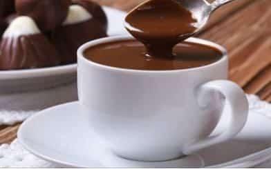Chocolate quente de microondas rápido e fácil